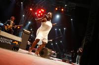 2008-07-06 - Sharon Jones & the Dap-Kings spelar på Roskildefestivalen, Roskilde