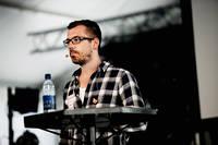 """2011-06-29 - Daniel Poohl """"Så granskar vi rasisterna"""" spelar på Peace & Love, Borlänge"""